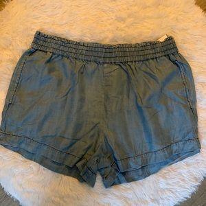 ✨Super chic stretch band denim shorts!✨